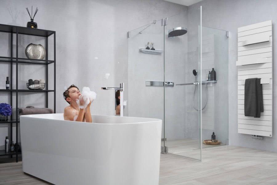 Loftbad mit Badewanne Dusche und Heizkörper Inspiration BadeWelten