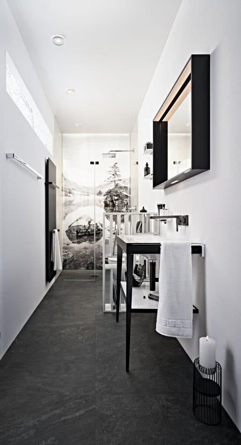 Durchblick im kleinen Bad Komplett Bad mit Möbelwaschtisch Duschrückwand Inspiration BadeWelten