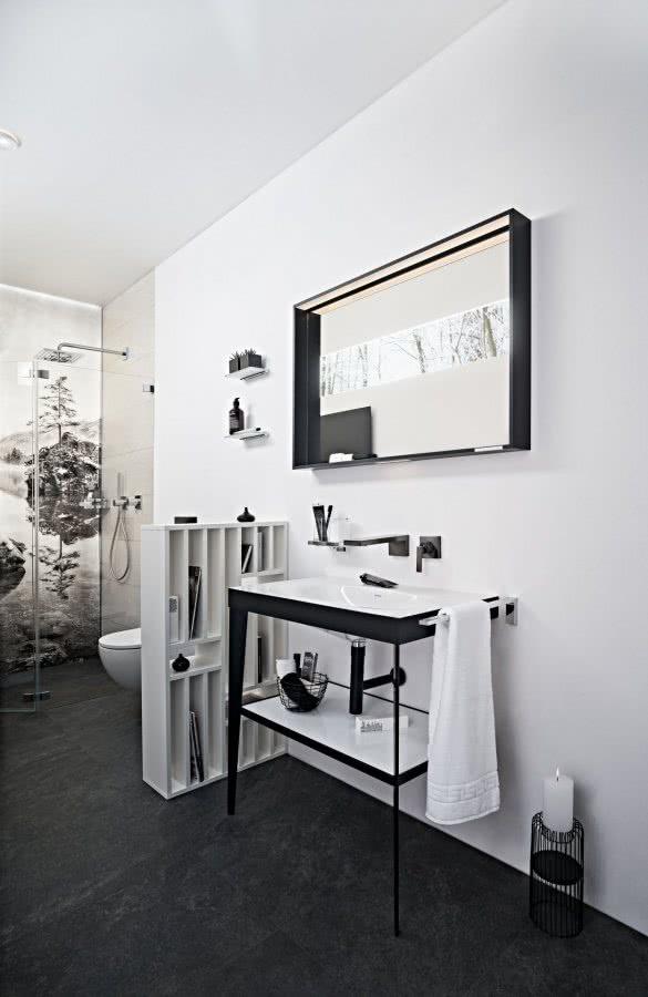 Durchblick im kleinen Bad Möbelwaschtisch Lichtspiegel Duschsystem WC Badaccessoires Inspiration BadeWelten