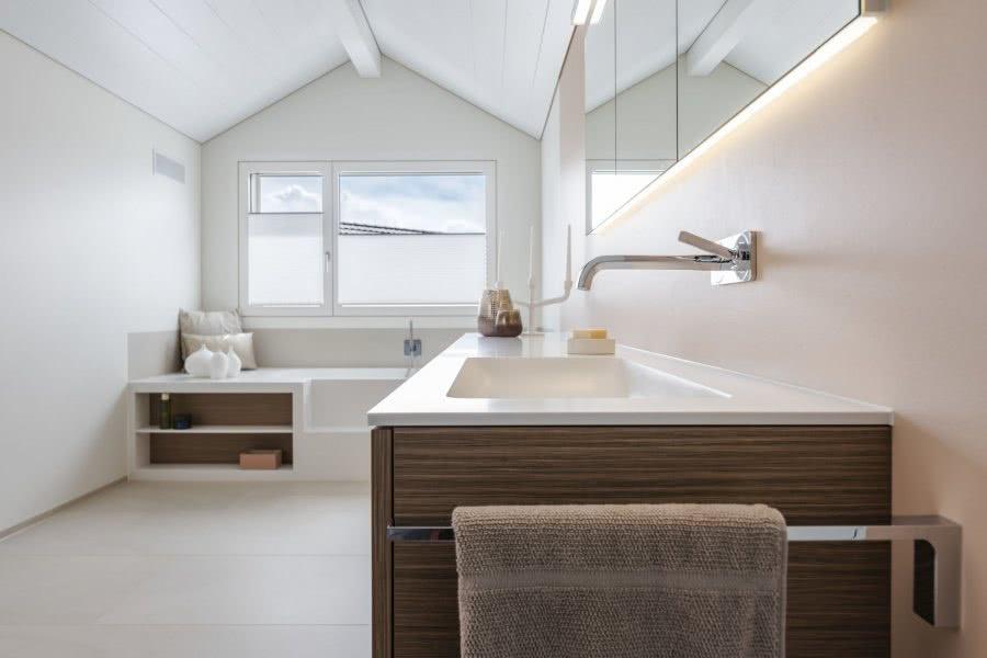 Das Traumbad als Lebensraum Waschtisch Fenster Spiegel Badewanne Inspiration BadeWelten