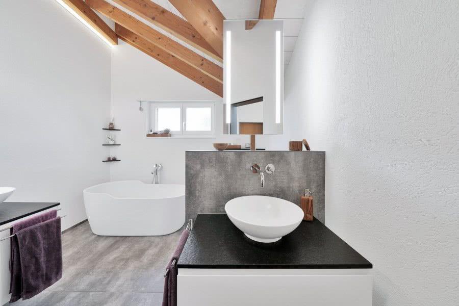 Bad Umbau neues Bad Badewanne Fenster Lichtspiegel Waschtisch Aktuell BadeWelten